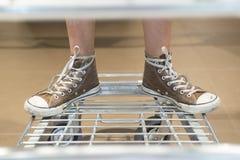 Piedi sul carrello del supermercato Fotografie Stock