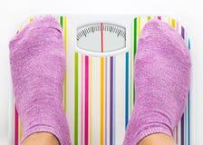 Piedi sulla bilancia pesa-persone con il quadrante pulito Fotografia Stock Libera da Diritti