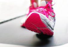 Piedi sulla pedana mobile con le scarpe luminose fotografie stock libere da diritti