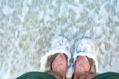 Piedi sulla sabbia e sul mare Fotografie Stock