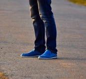 Piedi umani delle gambe con la fotografia del fondo delle scarpe Fotografia Stock