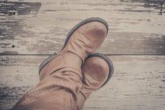 piedi Vista in prima persona su fondo di legno rustico fotografia stock
