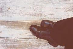piedi Vista in prima persona su fondo di legno rustico fotografie stock