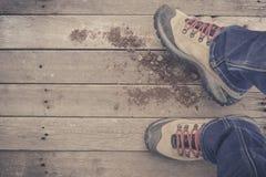 piedi Vista in prima persona su fondo di legno rustico fotografie stock libere da diritti