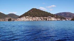 Piediluco, vista del pueblo por el lago omonymous Fotos de archivo libres de regalías