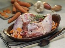 piedini dei Guinea-gallinacei con le carote prima della cottura Immagini Stock Libere da Diritti