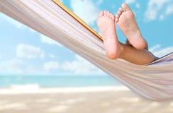 Piedini del bambino sul hammock fotografie stock libere da diritti
