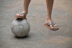 Piedini del ragazzo con la sfera di calcio Fotografie Stock Libere da Diritti