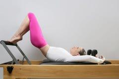 Piedini dell'insegnante di forma fisica di ginnastica di donna del riformatore di Pilates Fotografie Stock Libere da Diritti