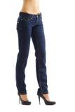 Piedini della donna in blue jeans Immagini Stock