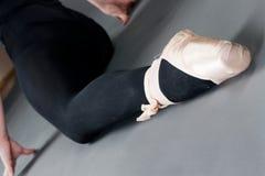 Piedini della donna con i pistoni di balletto Fotografia Stock