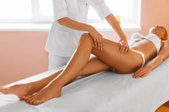 Piedini della donna Cura del corpo Ragazza che ottiene trattamento di massaggio della gamba in stazione termale Immagini Stock Libere da Diritti