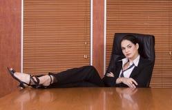 Piedini della donna di affari sullo scrittorio fotografia stock libera da diritti