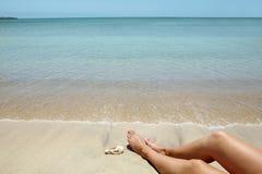 Piedini della donna sulla spiaggia Fotografia Stock Libera da Diritti