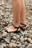 Piedini delle donne con il tatuaggio del geroglifico Fotografia Stock