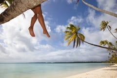 Piedini delle donne sulla spiaggia bianca della sabbia Fotografie Stock Libere da Diritti