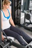 Piedini di esercitazione della giovane donna al centro di forma fisica Fotografia Stock