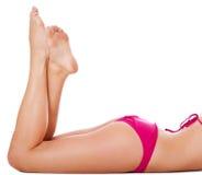 Piedini di giovane donna in bikini Fotografia Stock Libera da Diritti