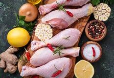 Piedini di pollo grezzi con le spezie e l'aglio Fotografia Stock Libera da Diritti