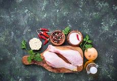 Piedini di pollo grezzi con le spezie e l'aglio Fotografie Stock