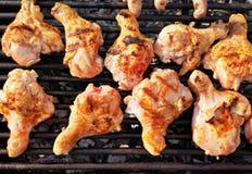 Piedini di pollo sulla griglia immagini stock