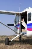 Piedini femminili in un elicottero Fotografie Stock Libere da Diritti