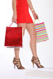 Piedini sexy della donna che camminano con i sacchetti di acquisto Immagine Stock Libera da Diritti