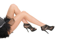 Piedini Shapely, una ragazza in sandali high-heeled. Fotografie Stock