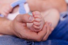 Piedino del bambino della stretta dell'uomo a disposizione Fotografia Stock Libera da Diritti