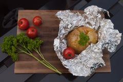Piedino di pollo fritto con le fritture e l'insalata Fotografia Stock