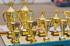 Piedistallo con le tazze ed i premi in attesa dei vincitori 1262 Fotografie Stock Libere da Diritti