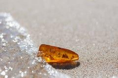 Piedra ambarina con la inclusión del insecto Imagen de archivo libre de regalías
