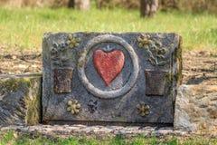 Piedra arenisca con el corazón y las flores Imagen de archivo libre de regalías
