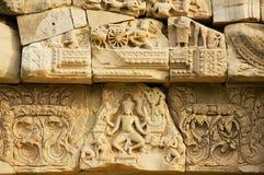 Piedra arenisca que talla con adornos religiosos en las ruinas del templo hindú en el parque histórico Prasat Hin Phimai de Phima Foto de archivo