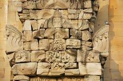 Piedra arenisca que talla con adornos religiosos en las ruinas del templo hindú en el parque histórico Prasat Hin Phimai de Phima Fotos de archivo libres de regalías