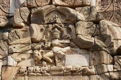Piedra arenisca que talla con adornos religiosos en las ruinas del templo hindú en el parque histórico Prasat Hin Phimai de Phima Fotografía de archivo