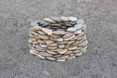 Piedra bien en la playa de la arena Foto de archivo