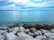 Piedra blanca cerca del mar fotos de archivo