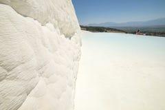 Piedra blanca, Pamukkale en Turquía Imagenes de archivo