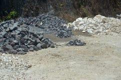 Piedra blanco y negro, piedra caliza en la mina de piedra Imagen de archivo