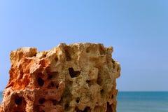 Piedra caliza en el mar del fondo Fotografía de archivo
