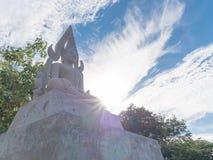 Piedra caliza grande Buda con el fondo del cielo azul Imagen de archivo libre de regalías