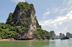 Piedra caliza Krasts en la bahía de Halong Foto de archivo