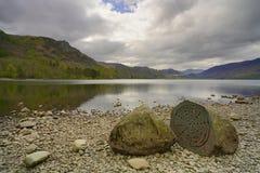 Piedra centenaria delante del lago del derwentwater fotografía de archivo