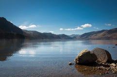 Piedra centenaria, distrito del lago, paisaje con el cielo azul, Reino Unido Imagenes de archivo