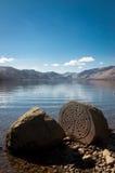 Piedra centenaria, distrito del lago, paisaje con el cielo azul, Reino Unido Imagen de archivo libre de regalías