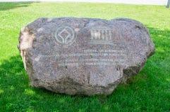 Piedra con el infromation sobre el castillo de la orden teutónica en Malbork, Polonia El castillo de Malbork es i fotos de archivo