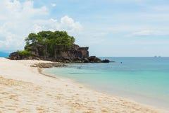 Piedra con la playa hermosa en Koh Khai en el mar de Andaman, na de Tarutao Foto de archivo libre de regalías