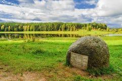 Piedra con los poemas de Pushkin en el río Soroti foto de archivo libre de regalías