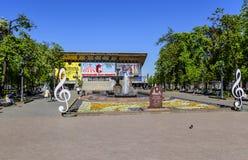 Piedra conmemorativa del monasterio virginal apasionado en el cuadrado de Pushkin, el teatro musical y las fuentes Moscú, Rusia imágenes de archivo libres de regalías